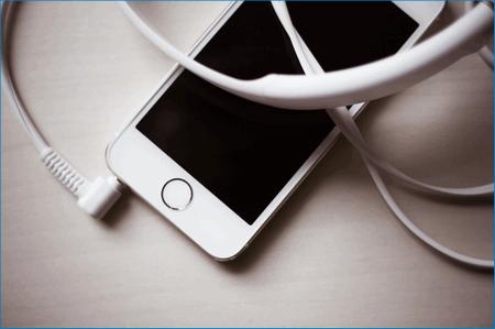 Смартфон с наушниками