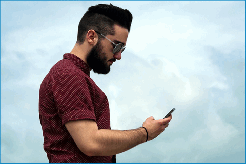Мужчина с устройством