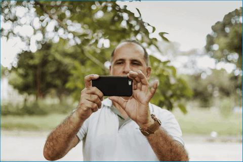 Смартфон в руках мужчины