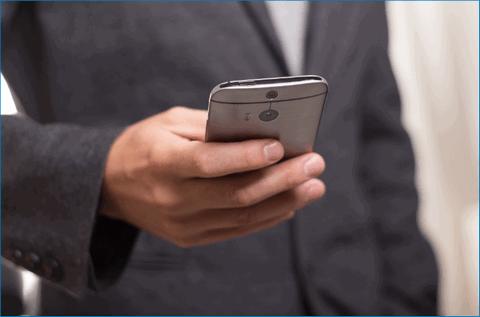 Смартфон в руке человека